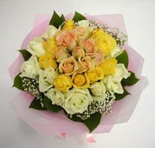 sari ve beyaz gül karisimda   Sivas çiçek gönderme