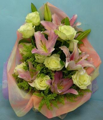 11 adet gül ve 2 adet kazablanka buketi  Sivas hediye çiçek yolla
