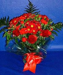 Sivas çiçek satışı  3 adet kirmizi gül ve kir çiçekleri buketi
