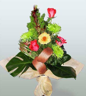 Sivas çiçekçi telefonları  3 adet gül 4 adet gerbera çiçegi sade buket