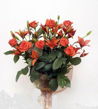 9 adet gül ve 3 adet lilyum çiçegi buketi   Sivas internetten çiçek siparişi
