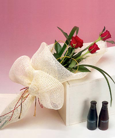 3 adet kalite gül sade ve sik halde bir tanzim  Sivas çiçek siparişi sitesi