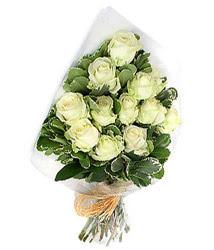 Sivas kaliteli taze ve ucuz çiçekler  12 li beyaz gül buketi.