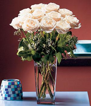 Sivas uluslararası çiçek gönderme  Cam yada mika vazo içerisinde 12 gül