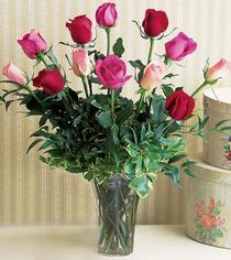 Sivas hediye sevgilime hediye çiçek  12 adet karisik renkte gül cam yada mika vazoda