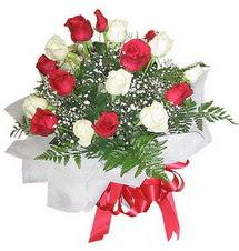 Sivas çiçek gönderme  12 adet kirmizi ve beyaz güller buket