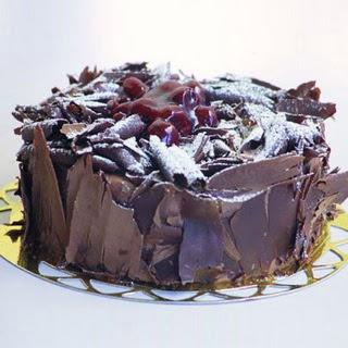 pasta yolla 4 ile 6 kisilik visneli çikolatali yas pasta  Sivas ucuz çiçek gönder