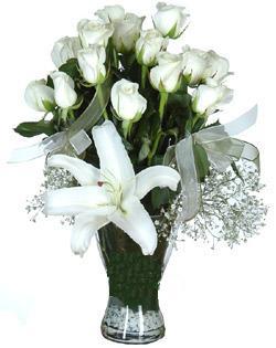 cam içerisinde 11 beyaz gül ve 1 kazablanka  Sivas ucuz çiçek gönder