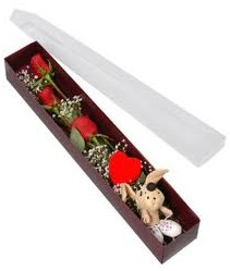 kutu içerisinde 3 adet gül ve oyuncak  Sivas çiçek siparişi vermek