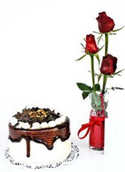 Sivas internetten çiçek satışı  vazoda 3 adet kirmizi gül ve yaspasta