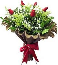 Sivas çiçekçiler  5 adet kirmizi gül buketi demeti