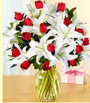Sivas ucuz çiçek gönder  3 kazablanka 10 kırmızı gül vazosu