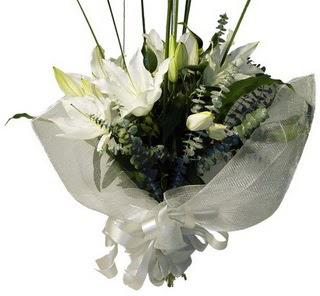 Sivas çiçek , çiçekçi , çiçekçilik  2 dal kazablanka çiçek buketi
