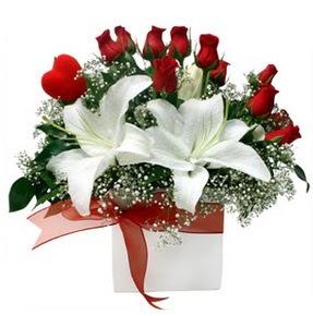 Sivas çiçek , çiçekçi , çiçekçilik  1 dal kazablanka 11 adet kırmızı gül vazosu