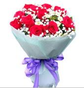 12 adet kırmızı gül ve beyaz kır çiçekleri  Sivas çiçek , çiçekçi , çiçekçilik