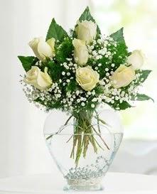 Cam içerisinde 7 adet beyaz gül  Sivas çiçek siparişi vermek