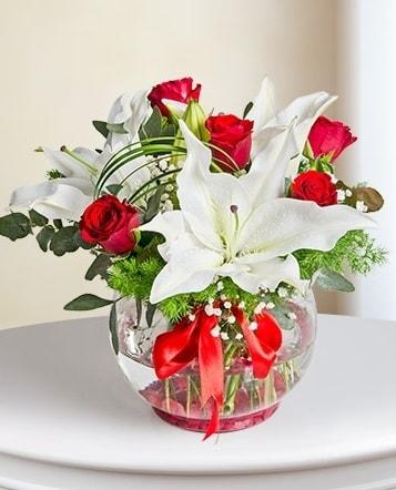 Fanus Vazoda 2 Lilyum ve 5 Gül Dansı  Sivas İnternetten çiçek siparişi