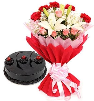 Karışık mevsim buketi ve 4 kişilik yaş pasta  Sivas çiçek , çiçekçi , çiçekçilik