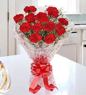 12 adet kırmızı karanfil buketi  Sivas yurtiçi ve yurtdışı çiçek siparişi